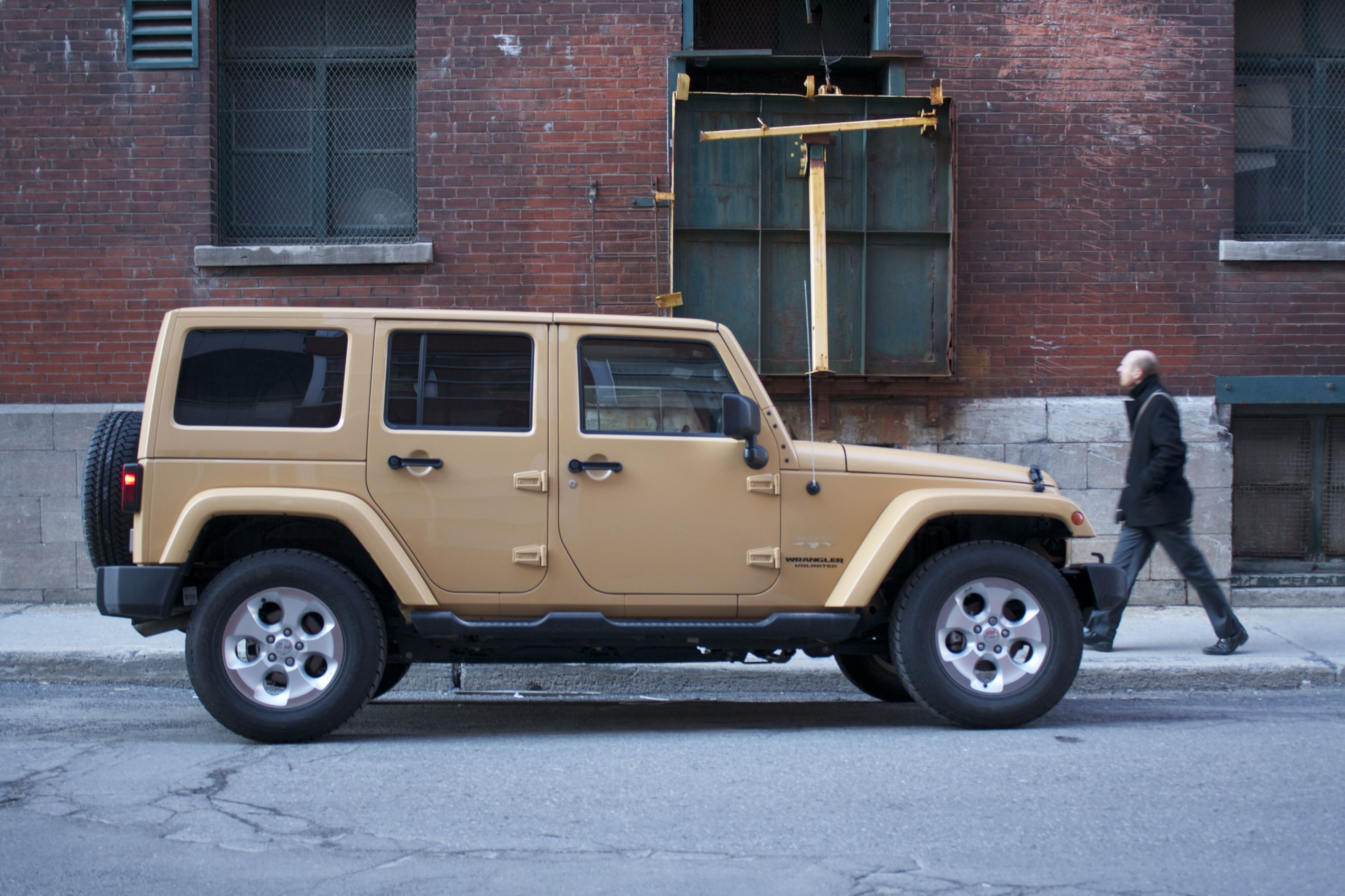 2014 jeep wrangler unlimited sahara 4x4 side view. Black Bedroom Furniture Sets. Home Design Ideas